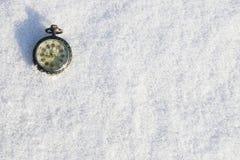 Mire la mentira en la nieve antes de Año Nuevo Fotos de archivo