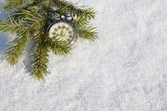 Mire la mentira en la nieve antes de Año Nuevo Foto de archivo libre de regalías