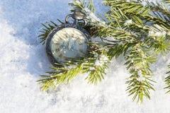 Mire la mentira en la nieve antes de Año Nuevo Imagen de archivo