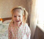 Mire a la niña adorable Imágenes de archivo libres de regalías