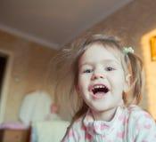 Mire a la niña adorable Fotografía de archivo