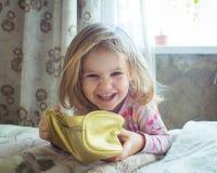 Mire a la niña adorable Fotografía de archivo libre de regalías
