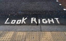Mire la pintura derecha del camino, muestra, advirtiendo Fotografía de archivo