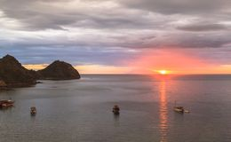 Mire la puesta del sol de la barra del paraíso, Labuan Bajo, Indonesia Fotos de archivo libres de regalías