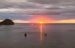 Mire la puesta del sol de la barra del paraíso, Labuan Bajo, Indonesia Fotos de archivo