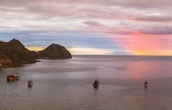 Mire la puesta del sol de la barra del paraíso, Labuan Bajo, Indonesia Imágenes de archivo libres de regalías