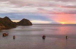 Mire la puesta del sol de la barra del paraíso, Labuan Bajo, Indonesia Imagen de archivo
