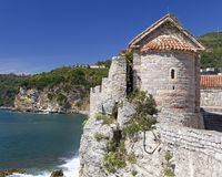 Mire la torre construida de piedra áspera Fotos de archivo libres de regalías