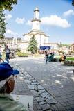 Mire la torre en la ciudad fotos de archivo libres de regalías