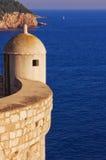 Mire la torre en esquina de la pared antigua de la ciudad Imagen de archivo