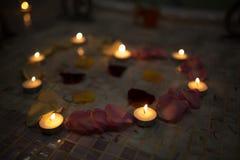 Mire le grand coeur de pétales de rose jaunes roses rouges Image stock