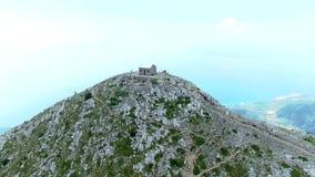 Mire Makarska desde arriba de las montañas en las nubes