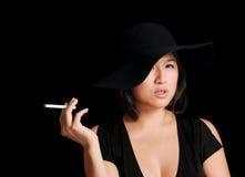 Mire mi cigarrillo imagen de archivo libre de regalías