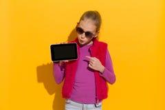 Mire mi tableta digital Foto de archivo libre de regalías