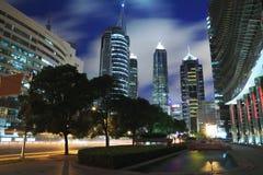 Mire para arriba al ni moderno del fondo de los edificios de la señal de la ciudad de Shangai Foto de archivo libre de regalías