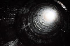 Mire para arriba de un agujero de la explotación minera foto de archivo