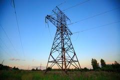 Mire para arriba el alto voltaje de las torres del powertransmission Foto de archivo