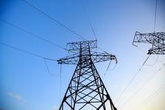 Mire para arriba el alto voltaje de las torres del powertransmission Fotografía de archivo libre de regalías