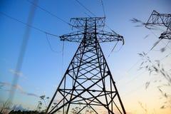 Mire para arriba el alto voltaje de las torres del powertransmission Imagenes de archivo
