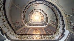 Mire para arriba la escalera redonda Imagenes de archivo