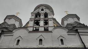 Mire para arriba a la iglesia Foto de archivo libre de regalías