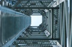 Mire para arriba la visión debajo de torre de las telecomunicaciones Imagen de archivo libre de regalías