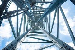 Mire para arriba la visión debajo de torre de las telecomunicaciones Foto de archivo libre de regalías