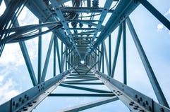 Mire para arriba la visión debajo de torre de las telecomunicaciones Imágenes de archivo libres de regalías