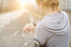 Mire para los deportes con el smartwatch Entrenamiento que activa para el maratón imágenes de archivo libres de regalías