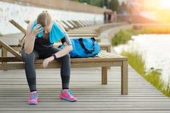 Mire para los deportes con el smartwatch Entrenamiento que activa para el maratón Fotografía de archivo libre de regalías