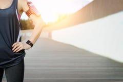 Mire para los deportes con el smartwatch Entrenamiento que activa para el maratón Foto de archivo