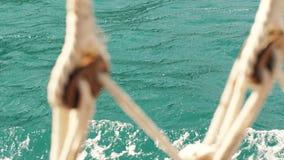 Mire a través de las cuerdas de la nave el mar almacen de video