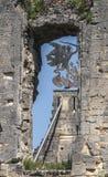 Mire a través de una pared del castillo imagen de archivo