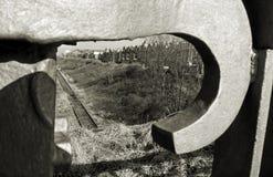Mire a través en un ferrocarril imagenes de archivo