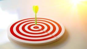 Miri al dardo con la freccia sopra fondo di legno, fondo astratto al concetto di vendita di obiettivo Fotografia Stock Libera da Diritti