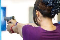 Miri alla pratica con la pistola nella gamma di fucilazione Fotografia Stock