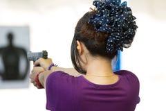 Miri alla pratica con la pistola nella gamma di fucilazione Fotografie Stock