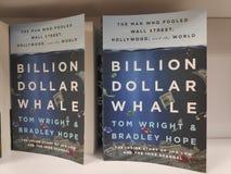 MIRI, MALASIA - CIRCA MARZO DE 2019: Mil millones libros de la ballena del dólar de Tom Wright y de Bradley Hope en la librería fotografía de archivo libre de regalías