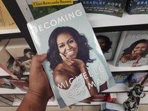MIRI MALAYSIA - CIRCA MARS, 2019: Bliende bok som är skriftlig vid Michelle Obama på bokhandeln fotografering för bildbyråer