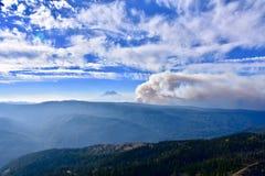 Miriam Creek Basin Fire, dichtbij Witte die Pas, van Darland-Berg, MT wordt gezien Regenachtiger in Afstand stock foto