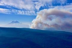 Miriam Fire, in Miriam Creek Basin, vicino al passaggio bianco, visto dalla montagna di Darland, Mt Più piovoso nella distanza immagini stock