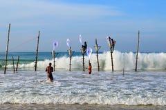 Mirissa,斯里兰卡, 25-02-2017 :传统渔竞争的末端在斯里兰卡的渔夫中的 免版税库存照片