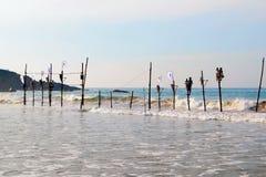 Mirissa,斯里兰卡, 25-02-2017 :在传统渔的竞争在斯里兰卡的渔夫中 库存图片