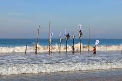 Mirissa,斯里兰卡, 25-02-2017 :竞争的准备在杆的传统渔在斯里兰卡的渔夫中 库存图片