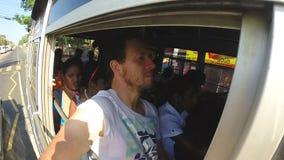 MIRISSA,斯里兰卡- 2014年3月:观点的人在拥挤局部总线上在斯里兰卡的路 股票录像