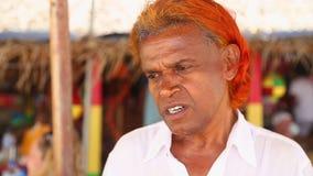 MIRISSA,斯里兰卡- 2014年3月:设法地方推销员的画象卖鲸鱼观看的游览对游人 鲸鱼观看是b 股票录像