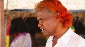 MIRISSA,斯里兰卡- 2014年3月:设法地方推销员的画象卖鲸鱼观看的游览对游人 鲸鱼观看是b 影视素材