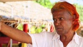 MIRISSA,斯里兰卡- 2014年3月:设法地方推销员的画象卖鲸鱼观看的游览对游人 鲸鱼观看是b 股票视频