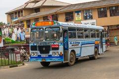 MIRISSA,斯里兰卡- 2017年1月01日:规则公开公共汽车 公共汽车 免版税库存图片
