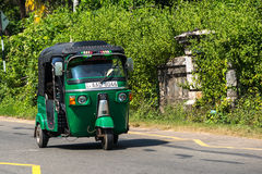 MIRISSA,斯里兰卡- 2017年1月07日:Tuk-tuk在的moto出租汽车 库存照片
